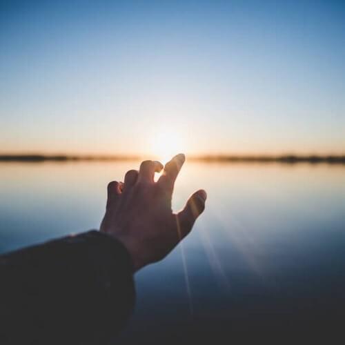 Un uomo cerca di afferrare il sole come se fosse suo, ma niente ci appartiene, la vita ce lo presta.
