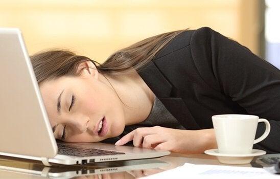 Narcolessia: ragazza addormentata sul pc