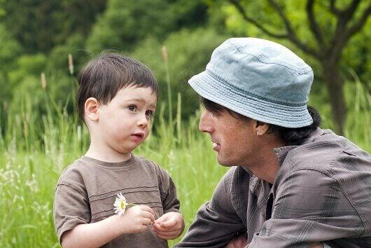 Padre che parla con il figlio