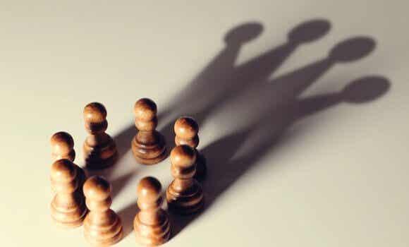 Distorsioni cognitive che favoriscono i potenti