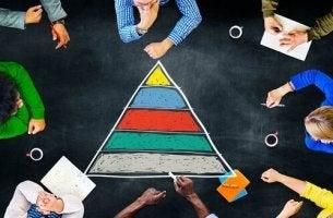 Persone attorno a una piramide