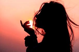 Profilo di ragazza all'alba