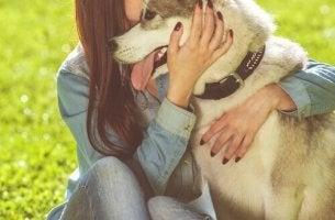 Ragazza che abbraccia un cane