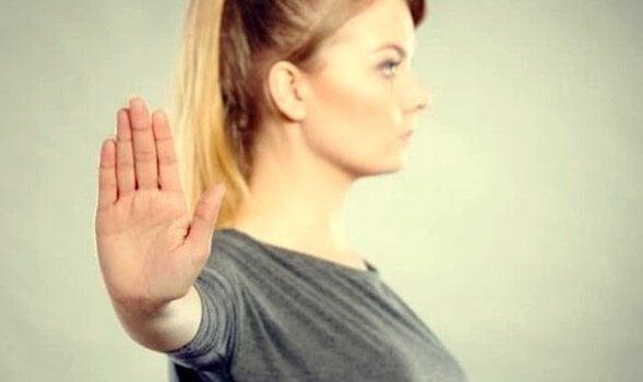 Ragazza allontana gli altri con la mano indifferenza assertiva