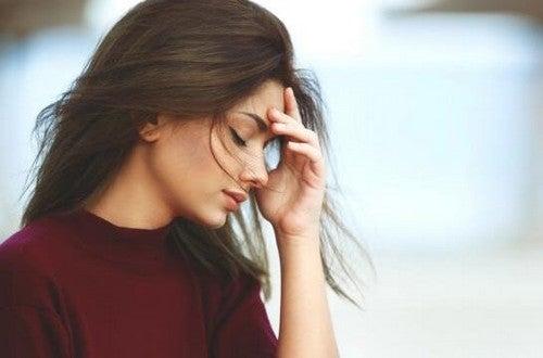 Donna con mal di testa attività ruba tempo