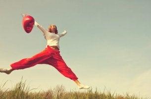 Ragazza che salta e affermazioni positive