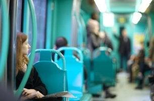 Ragazza seduta in metropolitana