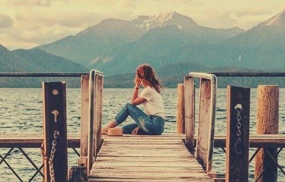 Ragazza sola sul molo solitudine post-moderna
