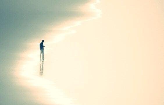 Ragazzo in riva al mare