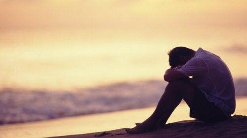 Ragazzo triste in riva al mare, oppresso da una madre ingombrante