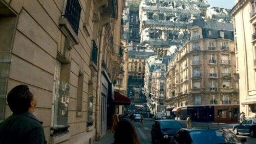 Scena di un sogno ambientato in una città durante il film Inception