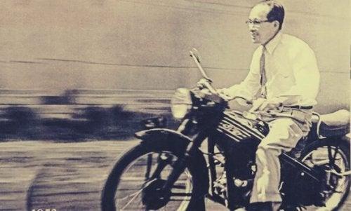 Soichiro Honda con una motp