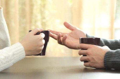 Tazze di caffè tra le mani