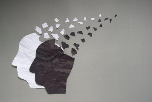 Teste di carta con pezzi che si staccano