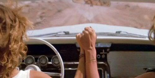 Thelma e Louise si tengono per mano
