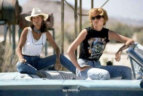Thelma e Louise sedute in macchina