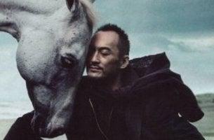 Uomo che accarezza un cavallo