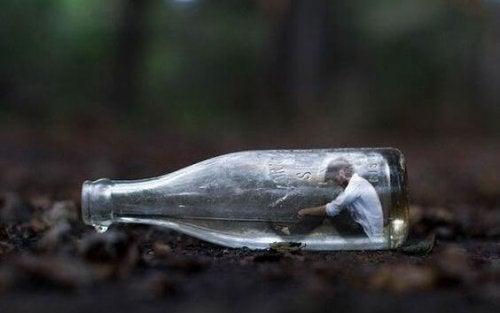 Uomo in una bottiglia perché ha paura del conflitto