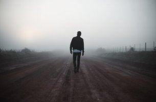 Uomo che cammina la ricerca di senso