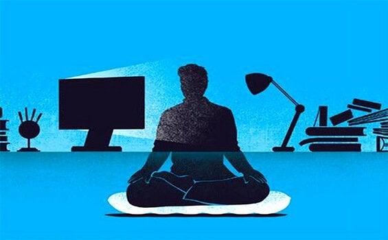 Uomo che pratica mindfulness sul lavoro