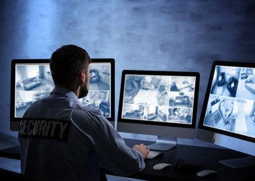 Uomo della security che guarda telecamere