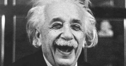 Albert Einstein mentre sorride