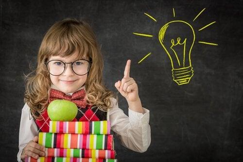 Bambina creativa con mela e libri colorati