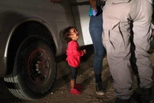 Bambina che piange frontiera Stati Uniti e Messico trauma da separazione