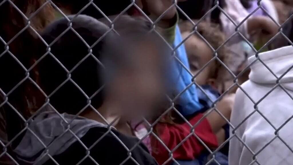 Bambini dentro a recinto