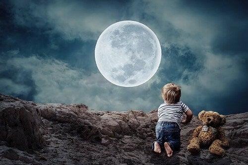 Bambino che guarda la luna