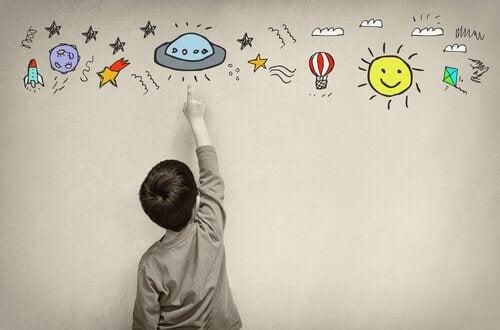 Bambino osserva disegni alla parete