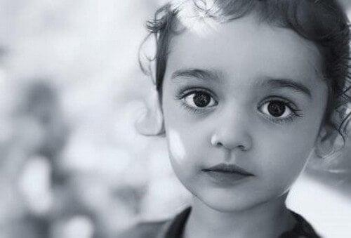 Un bambino silenzioso e obbediente non sempre è felice