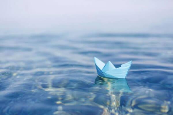 Barchetta di carta sull'acqua