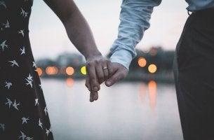 Coppia che si tiene per mano monogamia