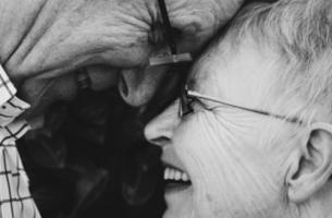Coppia di anziani che si guarda felice negli occhi