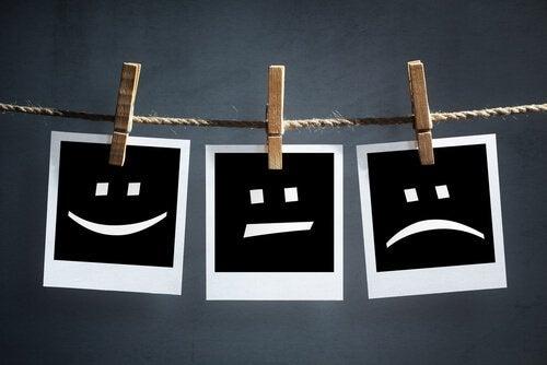 Disegni appesi a un filo che rappresentano le emozioni