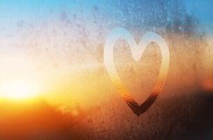 Disegno cuore su finestra appannata