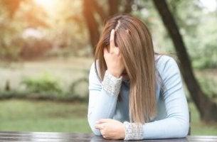 Donna afflitta per le preoccupazioni