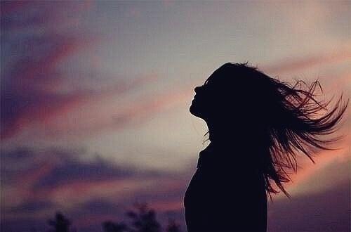Figura di una donna durante l'alba