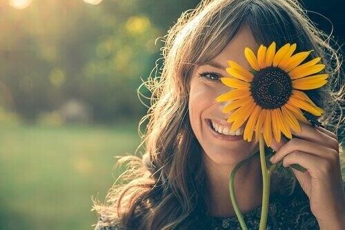Sorridere di più, anche senza voglia, ci rende più felici