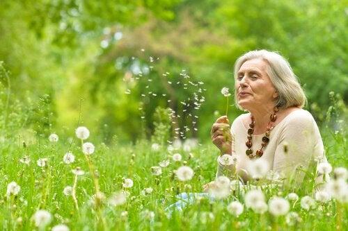 Donna in un campo la saggezza delle persone anziane