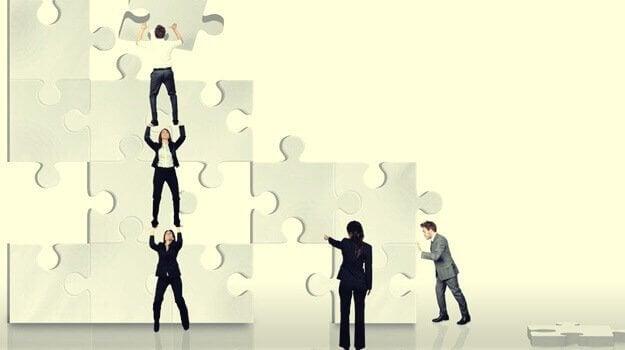 Donna che dirige l'assemblaggio di un puzzle risolvere i problemi altrui
