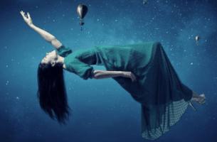 Donna che levita mentre prova a ricordare i sogni