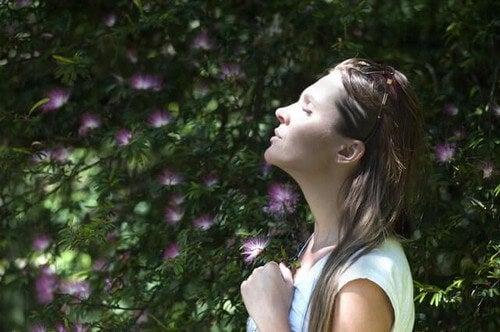 Donna che tratta di sviluppare la pazienza tramite la respirazione