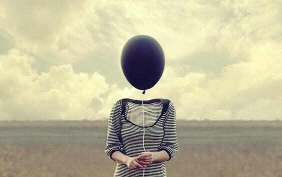 Donna con testa a forma di palloncino