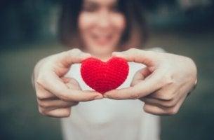 Donna con cuore in mano