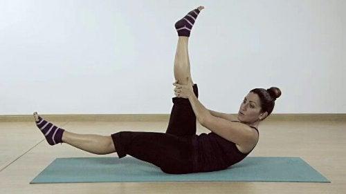 Donna che esegue esercizio a forbice