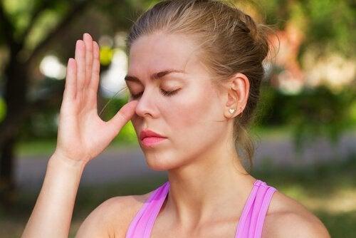 Donna fa esercizi di respirazione