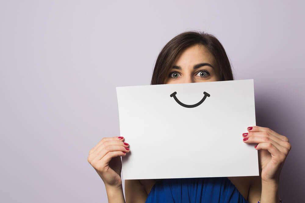 Donna che usa linguaggio positivo