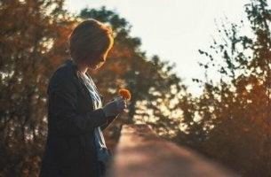 Donna con fiore vivere di ricordi